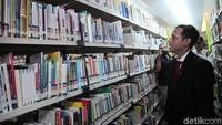 Nadiem juga menyempatkan meninjau perpustakaan Kementerian Pendidikan dan Kebudayaan.