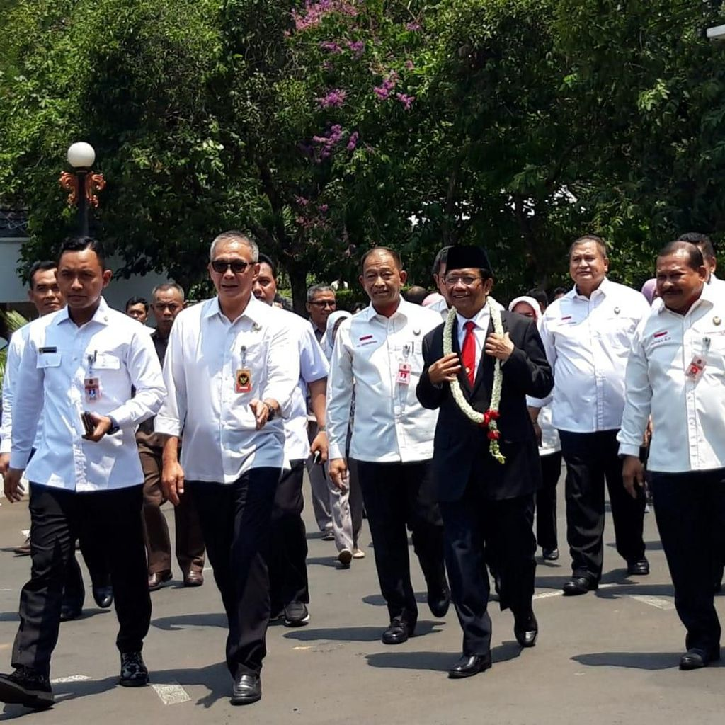Mahfud Md Disambut Kalung Mawar Putih di Kemenko Polhukam