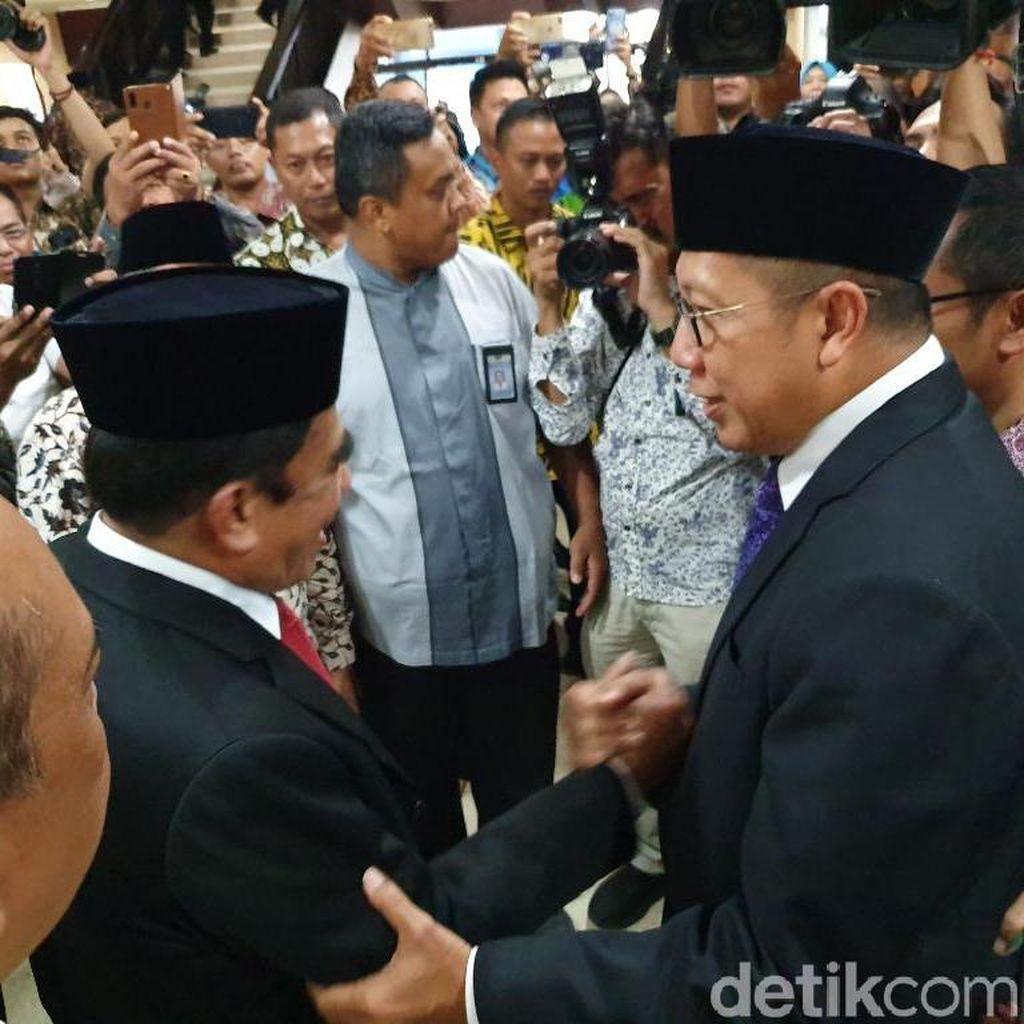Tiba di Kemenag, Fachrul Razi Disambut Lukman Hakim