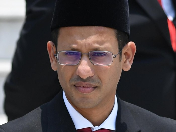 Mendikbud Nadiem Makarim bersiap mengikuti foto bersama seusai pelantikan menteri Kabinet Indonesia Maju di Beranda Istana Merdeka, Jakarta, Rabu (23/10/2019). ANTARA FOTO/Wahyu Putro A/foc.