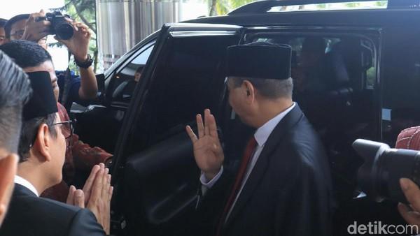 Menparekraf Wishnutama tampak memberi salam terakhir pada Arief Yahya. Layaknya orang tua yang berbesar hati, Arief pun harus rela menitipkan Kementerian Pariwisata dan Ekonomi Kreatif pada penerusnya (Randy/detikcom)
