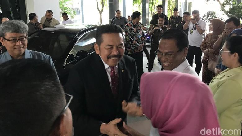 Jaksa Agung ST Burhanuddin Semringah Disambut Pegawai Kejagung