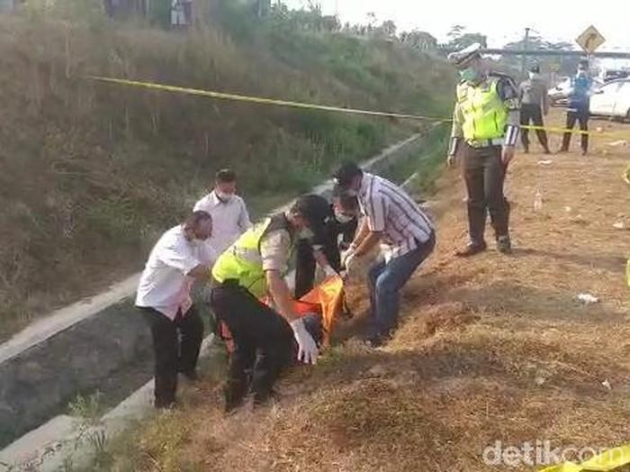 Mayat yang ditemukan di tol dievakuasi (Foto: Istimewa)