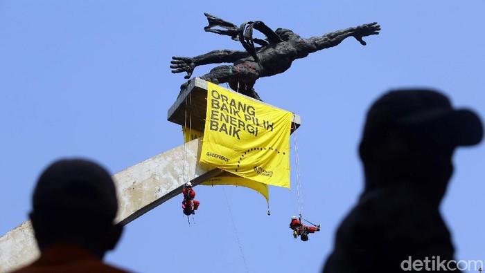 Aksi Aktivis Greenpeace Indonesia di Patung Pancoran (Foto: Grandyos Zafna)