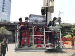 Polisi Amankan 5 Aktivis Greenpeace Pemasang Spanduk di Patung Pancoran