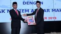 Nadiem menerima buku capaian kinerja dari Mendikbud sebelumnya Muhadjir Effendy.