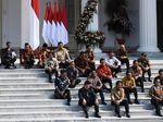 Analisis Semiotika Duduk Lesehan Menteri: Tanda Kerendahan Hati