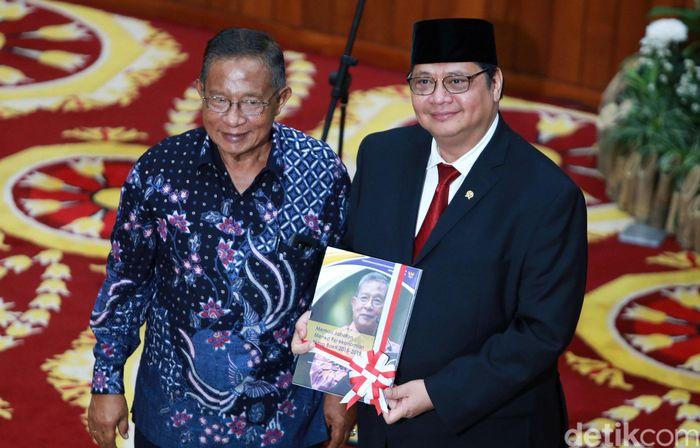 Menko Perekonomian Airlangga Hartarto (kanan) bersama pejabat lama Darmin Nasution, saat serah terima jabatan di Kantor Kemenko Perekonomian, Jakarta, Rabu (23/10/2019).