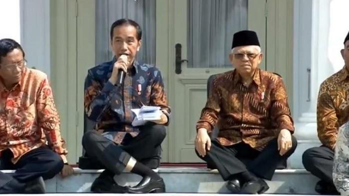 Posisi kaki Jokowi saat duduk disebut bikin ngilu. (Foto: Tangkapan layar viral)