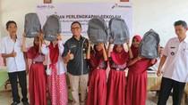 Pertamina Beri Bantuan Alat Sekolah ke 1.032 Siswa di Karawang