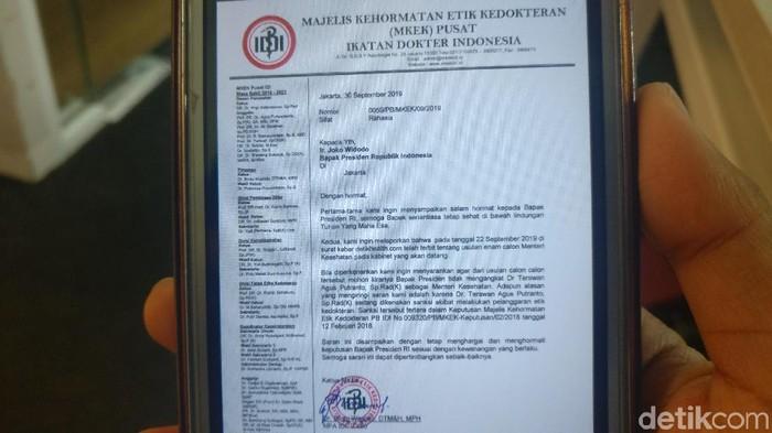 Beredar surat penolakan rekomendasi dr Terawan oleh MKEK IDI. (Foto: Firdaus Anwar/detikHealth)