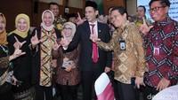 Ekspresi kebahagiaan terpancar di wajah para pegawai Kemendikbud saat foto bersama Nadiem.