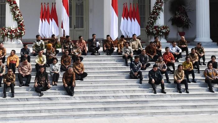 Presiden Joko Widodo didampingi Wapres Maruf Amin memperkenalkan jajaran menteri Kabinet Kerja II di tangga veranda Istana Merdeka, Jakarta, Rabu (23/10/2019). ANTARA FOTO/Wahyu Putro/foc.