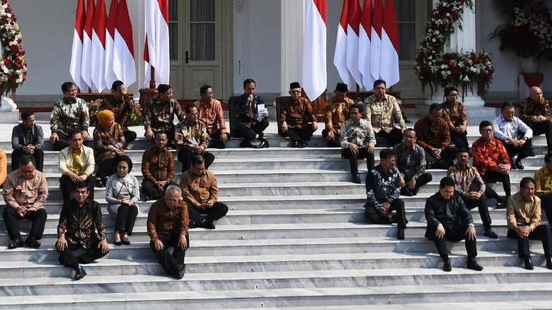 Jokowi Kenalkan Kabinet Indonesia Maju Sambil Duduk Lesehan di Istana