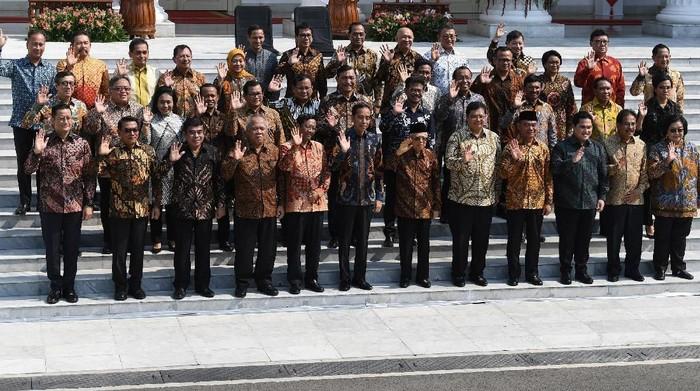 Presiden Joko Widodo didampingi Wapres Maruf Amin memperkenalkan jajaran menteri Kabinet Indonesia Maju di tangga veranda Istana Merdeka, Jakarta, Rabu (23/10/2019). ANTARA FOTO/Wahyu Putro/foc.