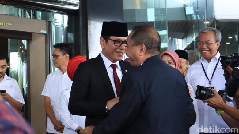 Wishnutama tiba di Kementerian Pariwisata dan menyambut menteri sebelumnya, Arief Yahya (Johanes Randy/detikcom)