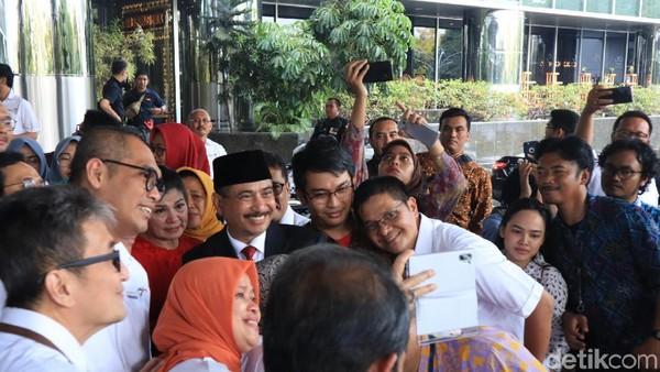 Arief Yahya merupakan salah satu menteri Kabinet Kerja Jilid I Presiden Jokowi yang bertugas mengurus pariwisata. Usai sertijab, ia pun menghabiskan momen terakhir di Kementerian Pariwisata dengan berfoto bersama jajaran staff dan Eselon (Randy/detikcom)
