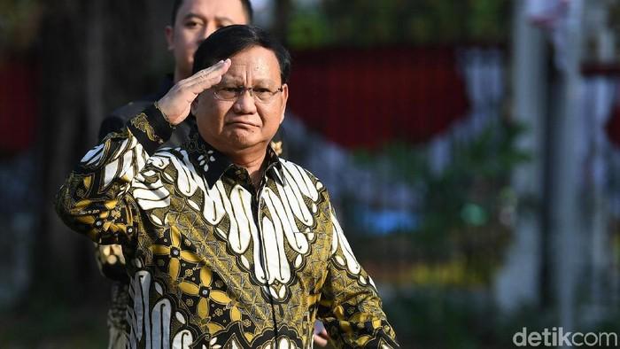 Prabowo Subianto pakai batik saat pelantikan menteri Kabinet Indonesia Maju. Foto: ANTARA FOTO/ Wahyu Putro A