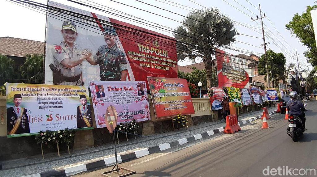 Karangan Bunga Ucapan Terima Kasih TNI-Polri Penuhi Polres Malang Kota