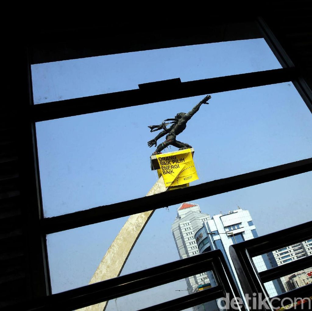 Spanduk Orang Baik Pilih Energi Baik Mejeng di Patung Pancoran