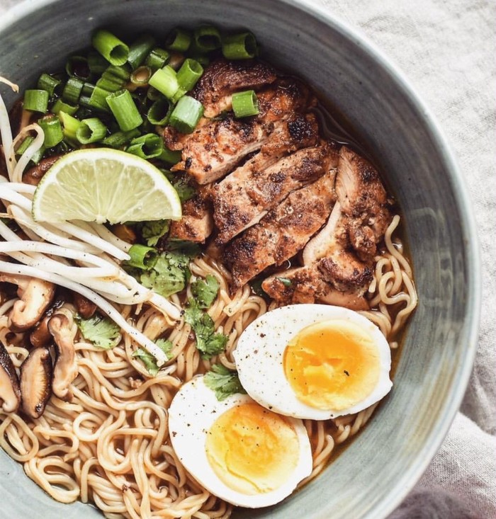 Punya telur, seidkit sayur dan sisa ayam goreng bisa jadi topping 'mewah' mie Korea instan rasa kaldu ayam. Foto ; Instagram @ dayleedumpling