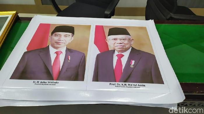 Foto Presiden Jokowi dan Wapres Maruf Amin diduga dicetak dari bahan spanduk. (Agus/detikcom)