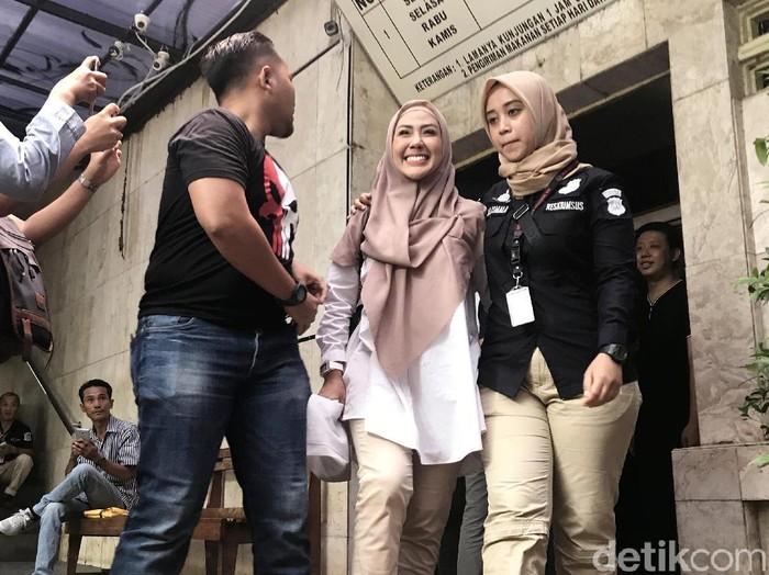 Rey Utami saat ditemui di Polda Metro Jaya.