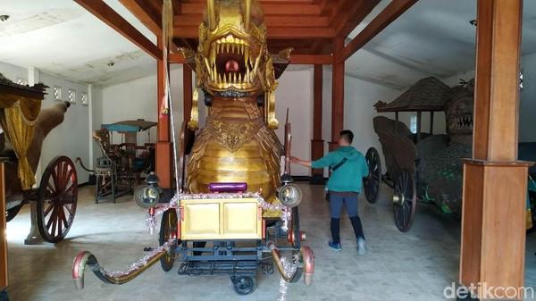 Dalam museum ini terdapat empat koleksi kereta kencana yang pernah menjadi kendaraan Kerajaan Sumedang Larang. Di antaranya kereta kencana Naga Paksi (Mukhlis/detikcom)