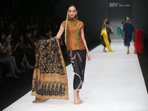 Rayuan Kain Indonesia Persembahan Obin di Jakarta Fashion Week 2020