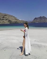 Dalam Instagramnya, Nia juga pamer kaki jenjangnya saat menikmati pantai di sana. (ramadhaniabakrie/Instagram)