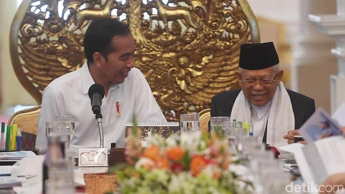 Presiden Joko Widodo memimpin Sidang Kabinet Paripurna pertama di Istana Merdeka. Wakil Presiden dan para menteri Kabinet Indonesia Maju turut hadir di sana.