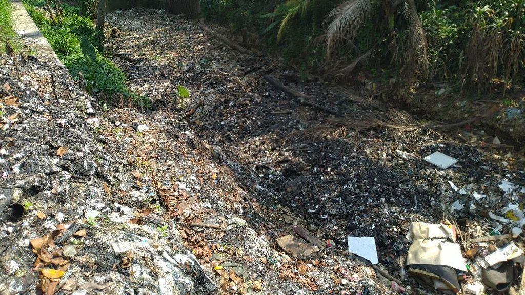 Warga Protes Pemkab Bogor Tanggung-tanggung Bersihkan Sampah Kalibaru