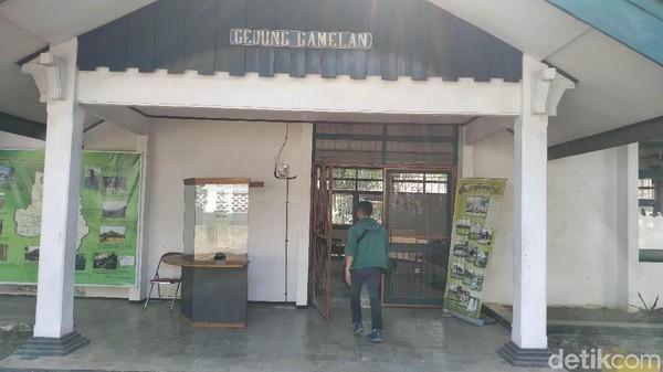 Nama museum ini sendiri diambil dari nama Raja terakhir Kerajaan Sumedang Larang. Museum yang pertama dibuka pada 11 Maret 1974 itu memiliki enam gedung penyimpanan peninggalan sejarah (Mukhlis/detikcom)