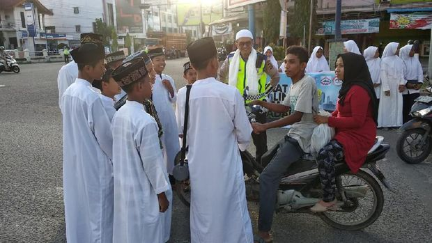 Aksi Santri Aceh Ikut Operasi Zebra: Ceramah-Doakan Pelanggar Lalin