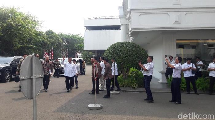 Menhan Prabowo Subianto hingga Mendikbud Nadiem Makarim hadiri sidang kabinet perdana. (Marlinda Oktavia Erwanti/detikcom)