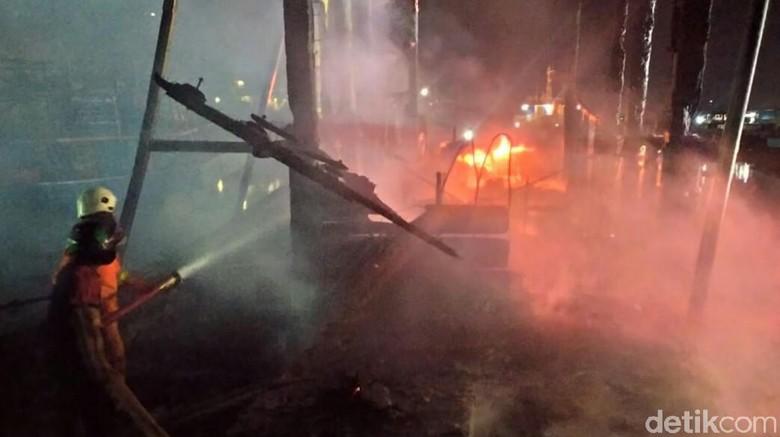 Kapal Latih Milik Sekolah Pelayaran Terbakar di Pelabuhan Tegal