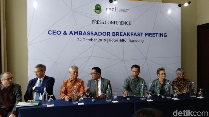 Ridwan Kamil saat bertemu CEO dan Ambaassador membahas investasi di Jabar. (Foto: Mochamad Solehudin/detikcom)