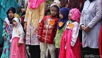 Sejumlah anak-anak tersebut nampak mengenakan pakaian dari berbagai negara di dunia.