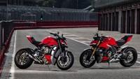 Ducati Streetfighter juga menggunakan setang fatbar, yang membuat posisi tangan pengemudi tegak. Dan di kedua sisi tangkinya terdapat shroud untuk membuat motor ini tetap aerodinamis. Selebihnya dari bagian tangki hingga jok belakang, motor ini identik dengan saudaranya, Panigale V4. /Foto: Ducati