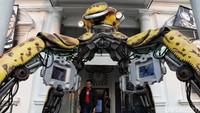 Robot berjudul X-SPIDER PUNX ciptaan seniman Dwiky KA berdiri di depan Galeri Nasional Indonesia.