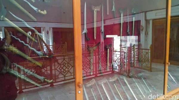 Enam gedung tersebut yaitu Gedung Sri Manganti (menerima tamu), Bumi Kaler (rumah dinas bupati), Gendeng (menyimpan pusaka lama), Pusaka, Gamelan dan Gedung Kereta Kencana. Total luasnya 1,8 hektar (Mukhlis/detikcom)