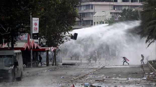 Meriam air dikerahkan untuk membubarkan demonstran di Santiago, Chile