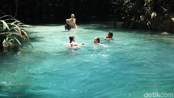 Wisatawan dalam dan luar negeri yang tengah menikmati beningnya air sungai Kali Biru. Selain bening, airnya juga cukup dinign. Brr.. (Randy/detikcom)
