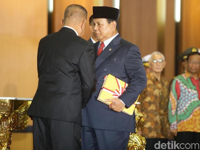 Prabowo Subianto melaksanakan serah terima jabatan Menhan dengan Ryamizard Ryacudu siang ini. Keluarga dan sahabat Prabowo ikut hadir.