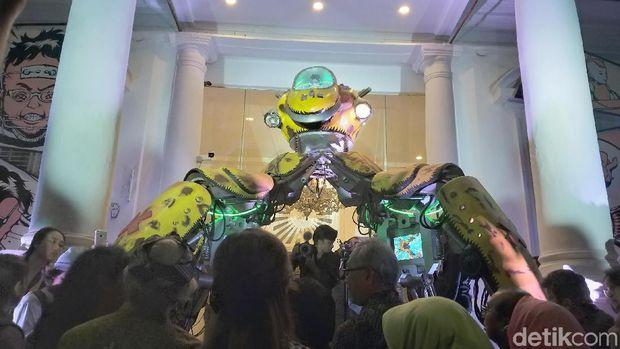 Robot Berdiri di Depan Galeri Nasional Indonesia, Pengin Lihat?