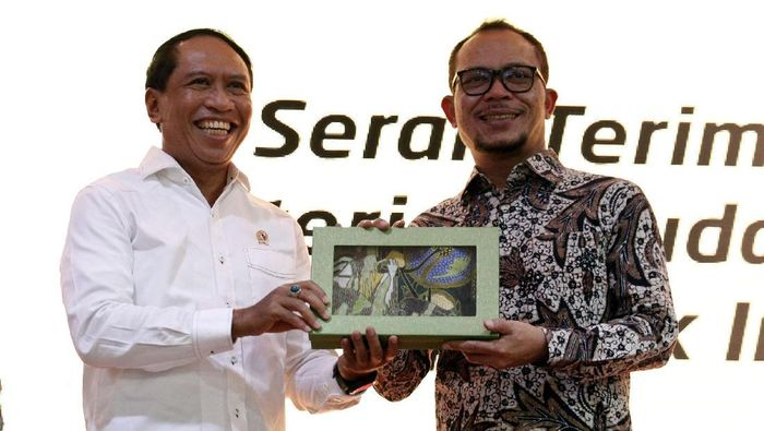 Zainudin Amali serah-terima jabatan Menpora dengan Hanif Dhakiri. (Foto: Agung Pambudhy/detikSport)