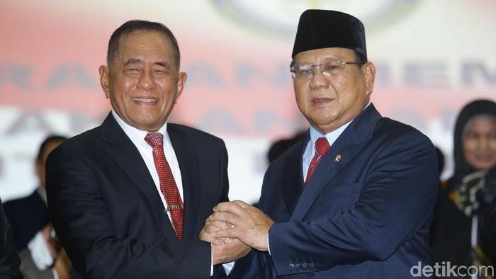 Ryamizard Ryacudu dan Prabowo Subianto dalam acara serah terima jabatan Menhan (Foto: Grandyos Zafna/detikcom)