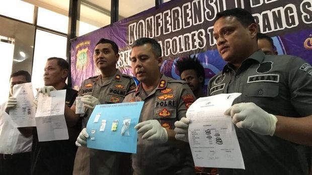 Polisi memperlihatkan barang bukti dari Ibnu dan temannya.