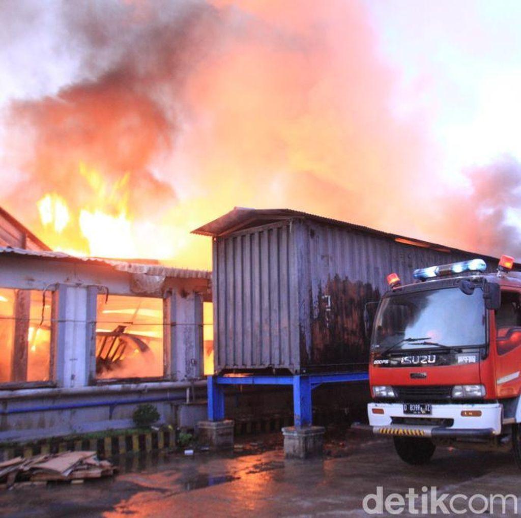 Api Berkobar Lalap Pabrik Tekstil di Cikancung Bandung
