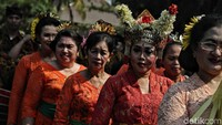 Sejumlah peserta pawai nampak antusias mengenakan pakaian adat dari daerah Bali.